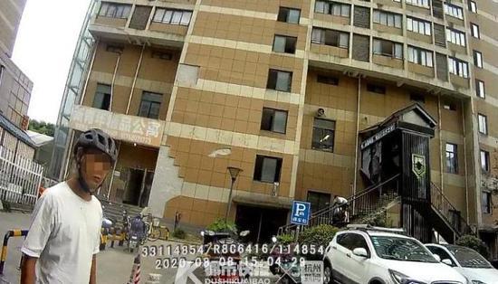 杭1小区有住户经常往窗外扔大便 外卖小哥被砸了一身