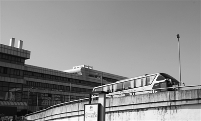 汽车南站一辆大巴驶出,宁波道路客运正处于转型升级关键时期。记者 刘波 摄