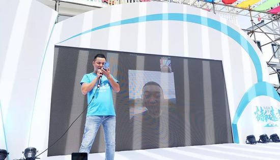 渔家岙村村委会主任陈琳泽和东西部结对扶贫村负责人使用村里5G信号连线