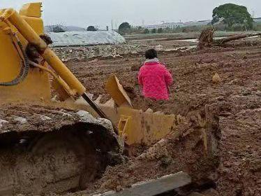 妻子茹某站在挖机前阻挠施工 德清公安提供