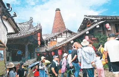 游客在碗窑古村参观。