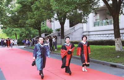 杭州一高校举行走红毯毕业礼 不让毕业生留下遗憾