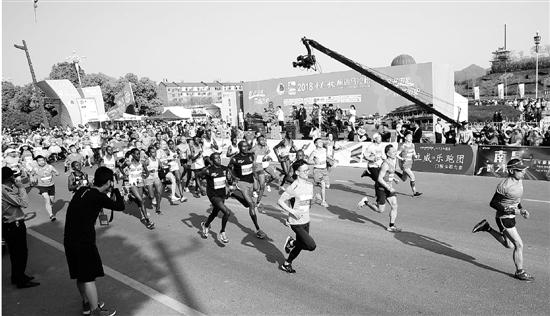"""今年的横店马拉松关键词是""""热"""""""