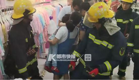 杭5岁小女孩在超市玩耍 左手被卡在自动扶梯中(图)