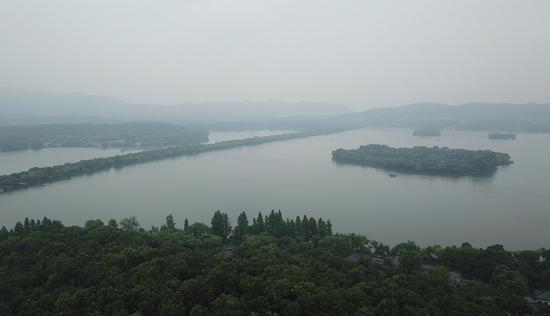 图为:西湖水雾朦胧如水墨画(航拍)。王刚
