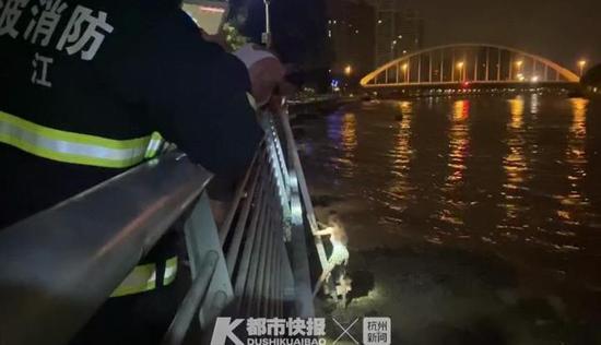 宁波一醉酒女子凌晨跳江救手机 手机救上来了人却被困