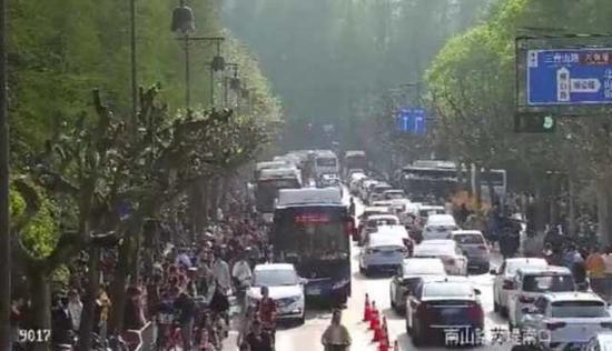 杭州景区及核心商圈持续繁忙 交警建议绿色出行