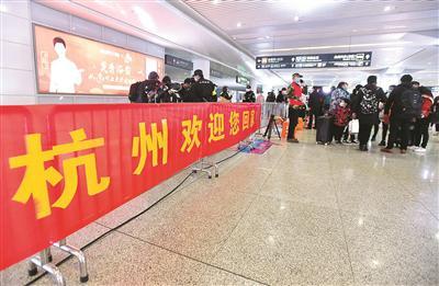 杭州欢迎返程复工人员。记者 张之冰 摄