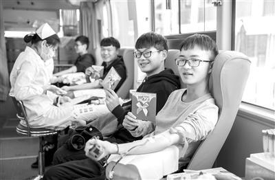 正在献血的同学们 学校供图