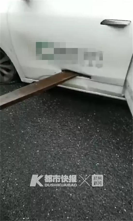 杭州滨江一网约车被叉车刺穿 25岁网约车司机受伤