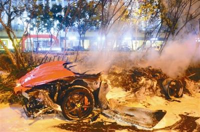烧成空壳的法拉利跑车。