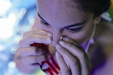 来自哥伦比亚的美拉下水前戴好鼻夹