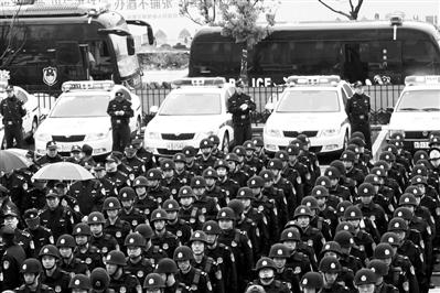 数百名公安民警在高桥镇商会大厦的广场上参加启动仪式 海曙公安 供图