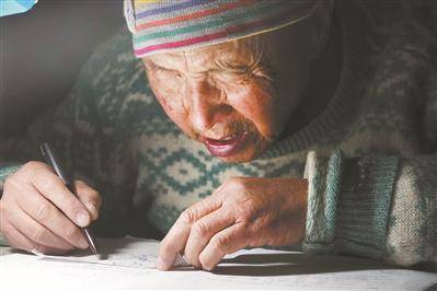 邹伟敏在家中进行考研复习。