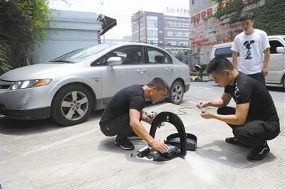5月20日,在红连文创园,工人正在安装智能地锁。