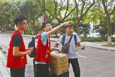 大学生志愿者为新生服务。