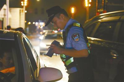 民警在镇海招宝山进行道路交通安全检查。通讯员供图