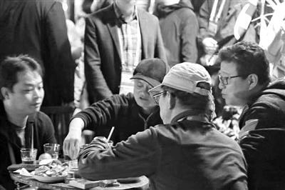 乌镇河边,四个人聊起了共同的偶像金庸。