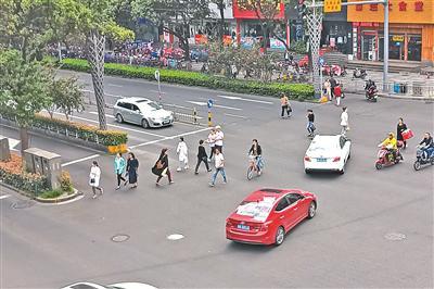 宁波一过街天桥成摆设 5分钟百余行人肆意横穿马路
