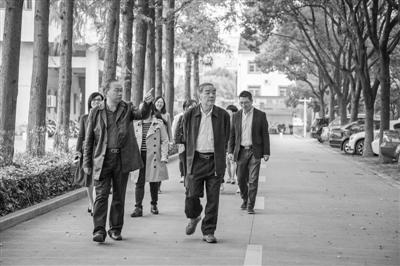 石钟慈院士(前右)在姜山中学。通讯员吴贤平摄
