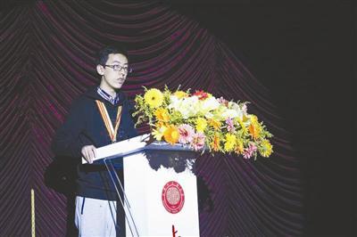 孙毅凡作为学生代表在颁奖大会上发言。镇海中学供图