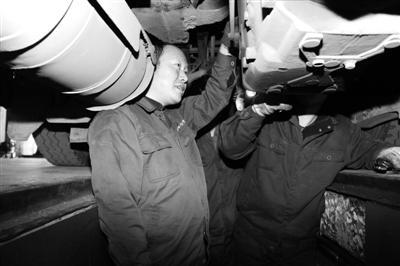 陈大松在检查车辆。通讯员供图