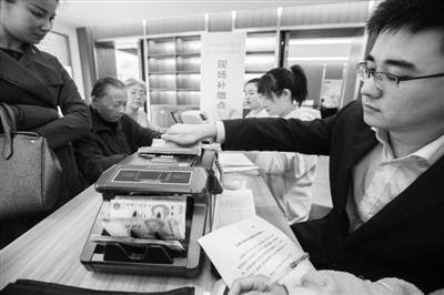 孔雀小区物业专项维修资金补缴现场。 记者刘波摄