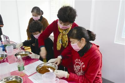 阿姨皂坊的阿姨们正在用废油制作肥皂记者郑凯侠摄