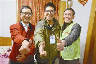 林家三代都是志愿者,他们竖起大拇指为宁波点赞。记者崔引摄