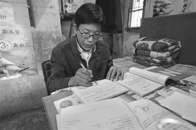 身处绝境,葛志华仍笔耕不辍。记者崔引摄