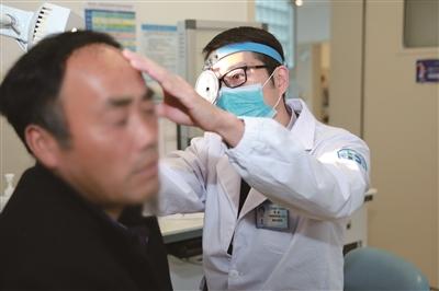 区一院耳鼻咽喉科执行主任蒋骅为患者检查耳朵