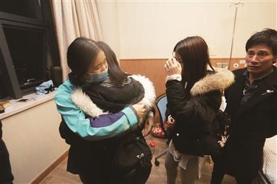 平平和亲姐妹拥抱