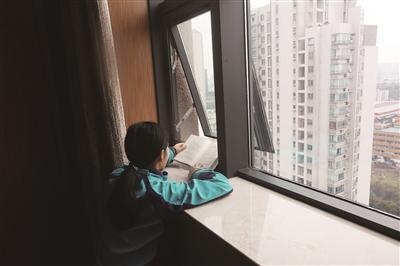 平平趴在病房窗台边读《活着》