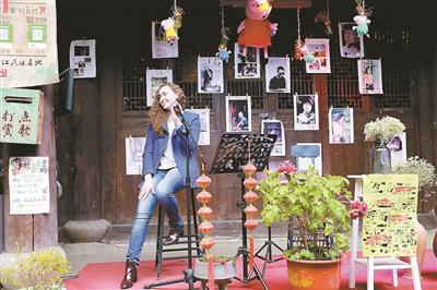 唐曦兰上台唱歌。