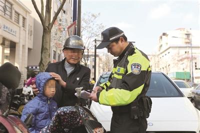 交警现场劝导并进行电动车备案登记