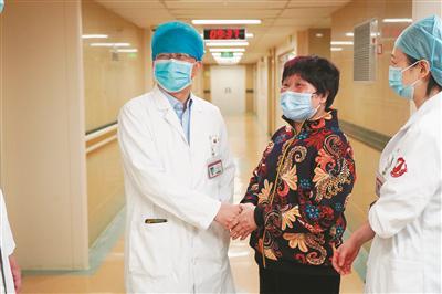 66岁阿姨给医院送钱被拒 牵出一段历经四代的缘分