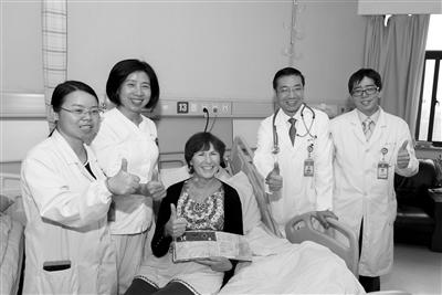 黄河教授(右二)及骨髓移植中心医护人员和塔丽合影 医院供图