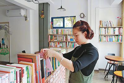 章红玉老师精心打理图书室各类书籍。通讯员供图