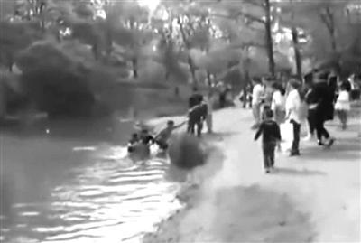三年前一对母女在相同地点落水后被救起 视频截图
