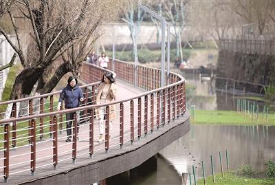 东湖绿道上,人们利用午休的时间感受阳光带来的温暖。 记者 周铭/摄
