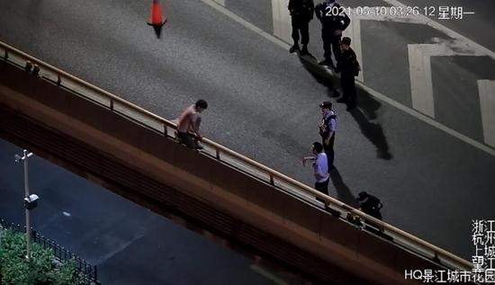凌晨三点的大街 杭州三桥一男子掏出一瓶白酒救人