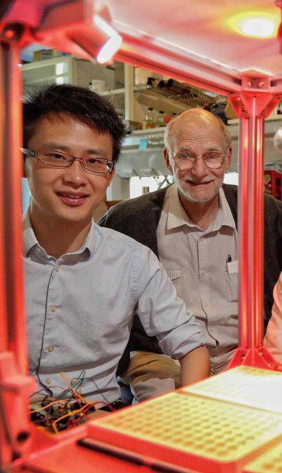 郭方(左)和迈克尔·罗斯巴什教授