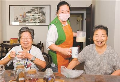 丹顶鹤社区慢生活馆为老年人提供免费豆浆
