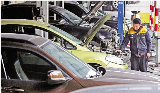 """汽车维修店里,汽车""""排排坐""""等待维修。"""
