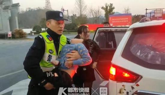 6岁男童在杭徽高速服务区昏迷 杭州高速交警紧急护送