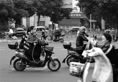 10月26日,百丈路,阵阵凉风中,出行的市民穿着变厚了。 记者 张培坚 摄