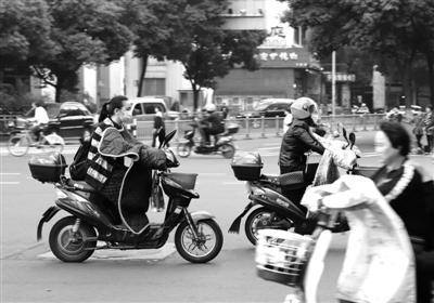 宁波街头骑着电动自行车出行的市民 记者张培坚摄