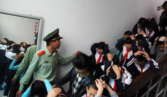 学生进行逃生疏散演练 资料图