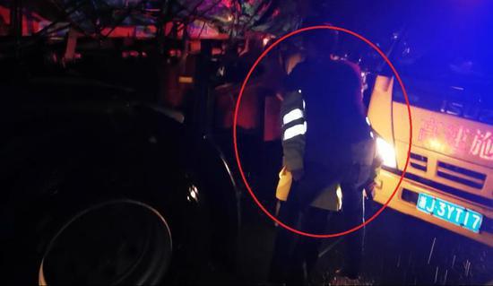 图为:台州高速交警背起伤员越过满地玻璃渣 台州高速交警供图