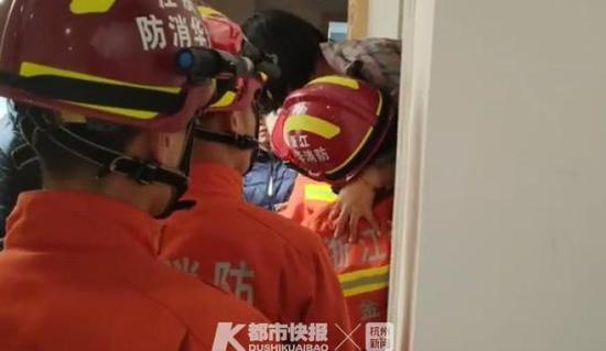 超载 金华一电梯卡着下不来消防员一个一个把人抱下来